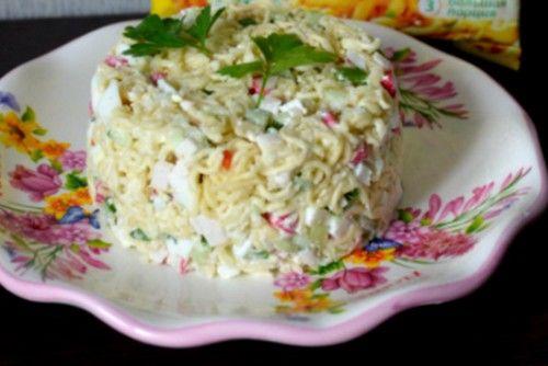 Салат из роллтона - делается из пакета лапши быстрого приготовления. Очень простые ингредиенты и такой же процесс приготовления.