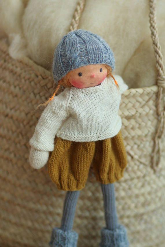 Deze pop is gereserveerd voor Julia. Alsjeblieft, niet kopen als je niet Julia. Handgemaakte pop volgens Waldorf pedagogie. De pop Lolita is 14(36 cm) lang. Haar hoofd is gebeeldhouwd in de traditionele stijl van de Waldorf; het hoofd is gemaakt van 100% katoen jersey van Nederland. Haar ogen en mond worden met de hand geborduurd. Lolita is een nieuwe stijl 14 gebreide pop met een klein lichaam en lange benen. Lolita heeft overalls, trui, sokken en een geweldige hoed. Het lichaam van de pop…