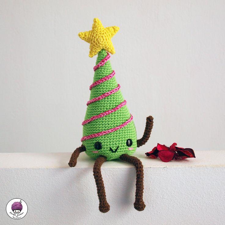 gratis free:Árbol de Navidad amigurumi kawaii [PATRÓN GRATIS] Ovillos de 100% algodón color verde rosa y marrón. Crochet acorde con el grosor del ovillo usado. En este patrón usé algodón NINFA (@puntosdefantasía) y crochet de 3'5 mm. Relleno. Ojos de seguridad de 12 mm planos (puedes usar los que más te gusten).
