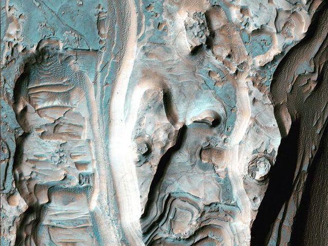 Capas de erosión en un cráter
