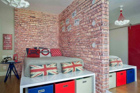 Papel de parede com desenho de tijolinhos dá um ar londrino ao quarto da filha de Alessandra Passos, proprietária da By Floor. Apesar de ousada, a estampa respeita o esquema de cores do projeto do arquiteto Duda Porto.