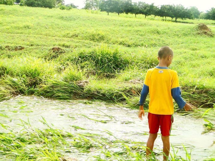 Niño pescando en hacienda hatachica colombia