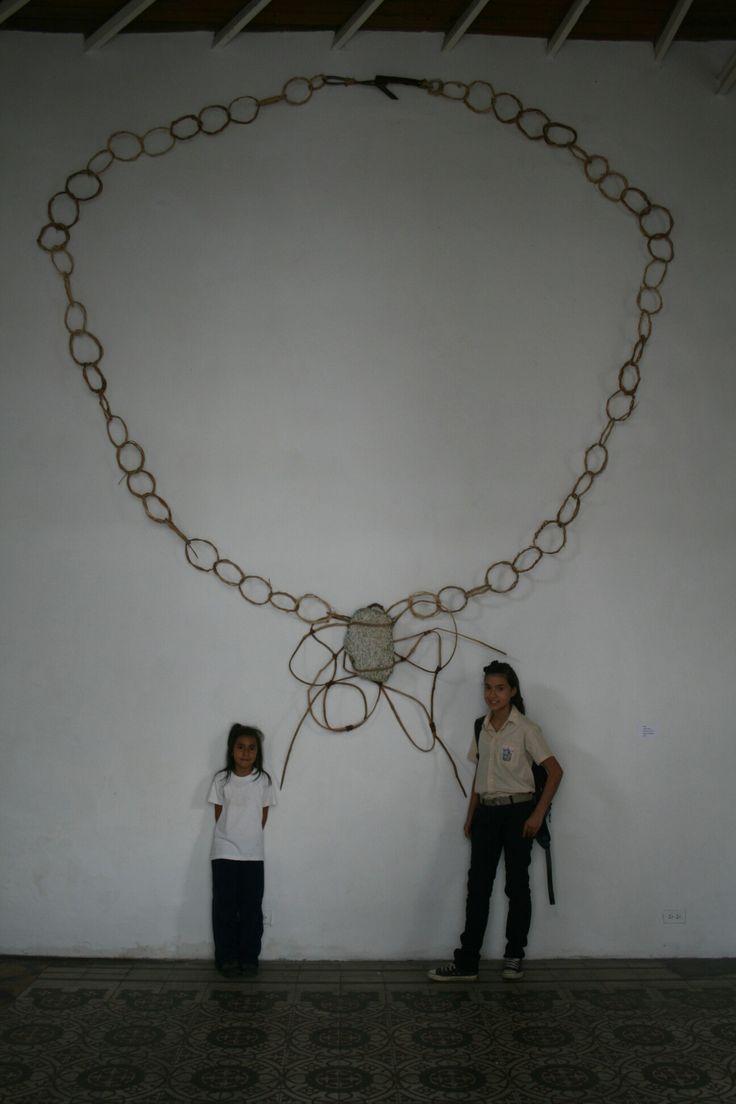 """Gustavo Contreras. """"Collar Mocotíes 1"""". Bejuco madera de cínaro y piedra granítica. 260 x 350 x 30 cm. 2011."""
