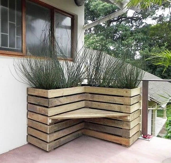 This awesome fusion of style and utility will surely force you to build it as quickly as possible. This awesome pallet wood planter will add to the beauty of your patio, but also give a you a nice and lush green corner to sit and enjoy a chat with your friend or just enjoy the alone time by reading your favorite book.