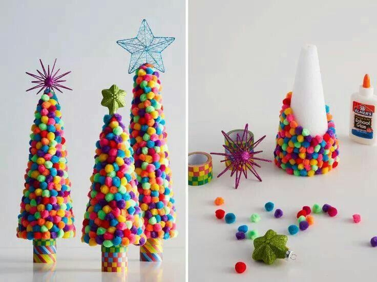 sapins de Noël en cônes de polystyrène décorés de pompons multicolores