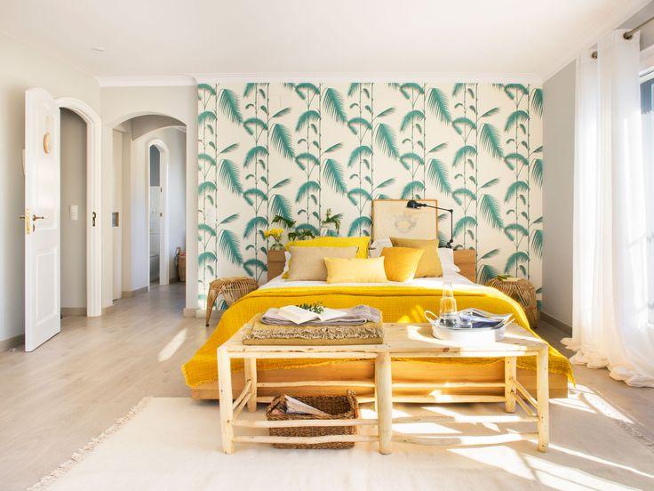Dormitorio con papel pintado tropical y cama amarilla - Papel pintado cabecero cama ...