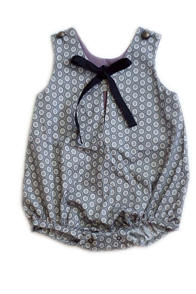 Prix de départ: 48,00€Pressions à l'entrejambe.Ouverture devant fermée par un ruban100% coton------------------------------Snaps inseam.Open on the front, closed with a ribbon100% cotton