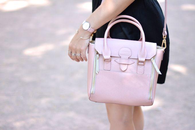 Gros plan sur le sac Sabrina Ilona rose présenté par la blogueuse Paris Grenoble. En vente sur Forum des Sacs : http://www.forum-des-sacs.fr/sac-a-main-sabrina-ilona-rose.html
