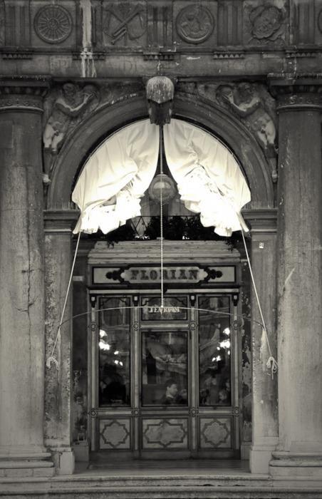 Caffè #Florian a #Venezia San Marco - Florian #cafè in #Venice Saint Mark #travel #travelinspiration #italy #italia #veneto #instaitalia #italianalluretravel #lonelyplanetitalia #lonelyplanet