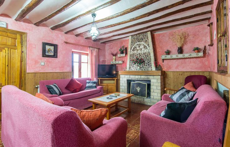 Cortijo la Mata I La Mata I es una casa rural rehabilitada a estilo rustico dispone de un salón-comedor, cocina, 3 dormitorios de matrimonio, un dormitorio triple, un dormitorio doble, cuarto de baño y aseo.