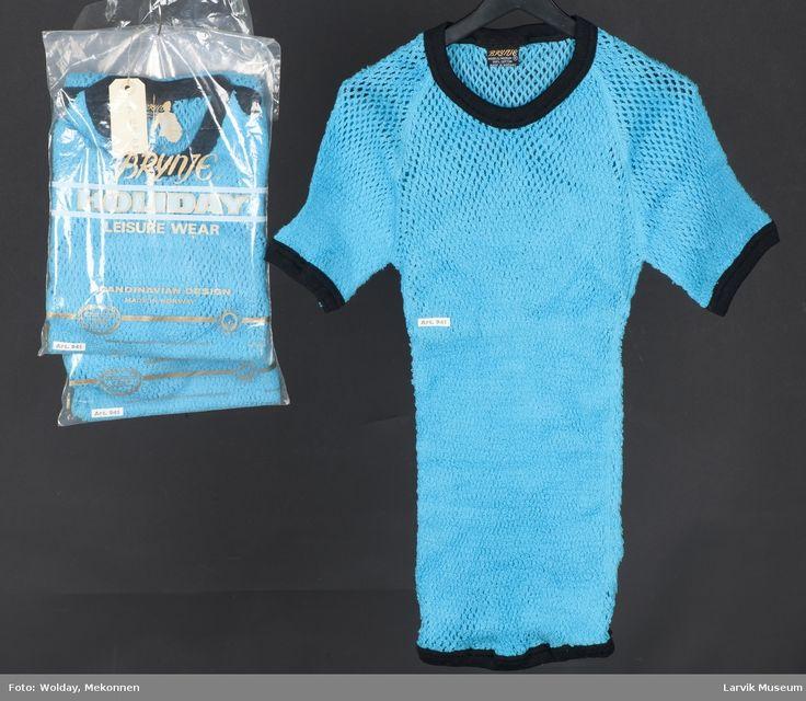 3 stk. kortarmet, turkise T-shirt med mørk blå kant, stormasket. Innpakket i plast. Art. 941. Størrelse medium