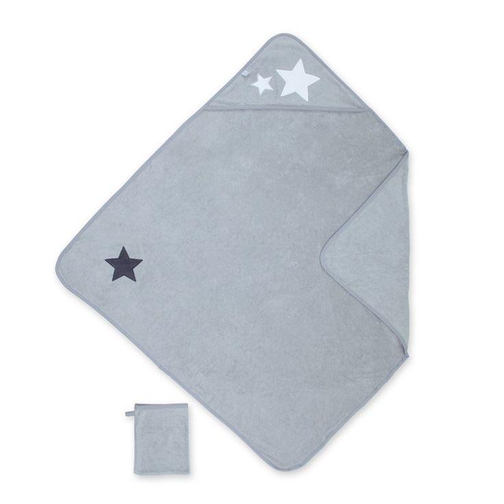 Een super grote badcape 90x90 cm van het merk Bemini (vroeger babyboum) in de kleur STARY grizou. De badcape heeft een kapje voor over het hoofd van uw kindje, de licht grijze badcape heeft een print van Sterren, met in dezelfde kleur een bijhorend washandje.
