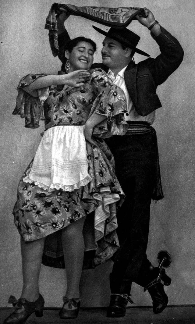 Margot Loyola y Raúl Gardy bailando cueca. Santiago, 1953. Portada Revista Ecran.