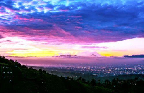 Destinasi paling baru dan paling beda di kota Bandung! Menikmati pemandangan deretan hutan pinus di Bukit Moko dan indahnya kota Bandung dari atas ketinggian di Tebing Keraton. Hanya Rp 199.000 saja! #panoramagroup
