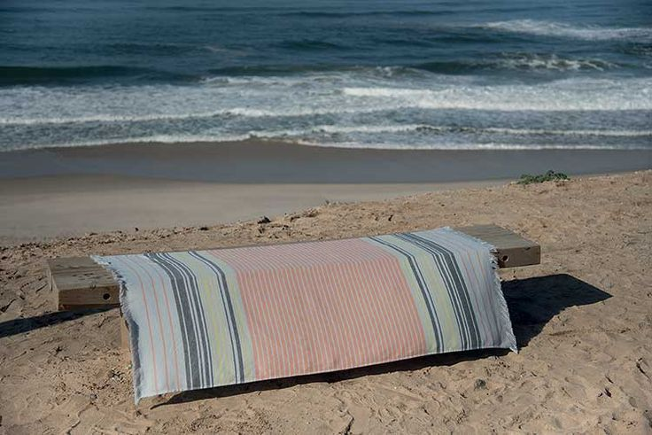 """Fouta FIL BLANC """"BYBLOS"""" La fouta Byblos par Fil Blanc a tout d'une fouta tunisienne traditionnelle tout en combinant les avantages de la serviette de plage avec son côté en éponge. www.lacompagniefrancaise.com"""