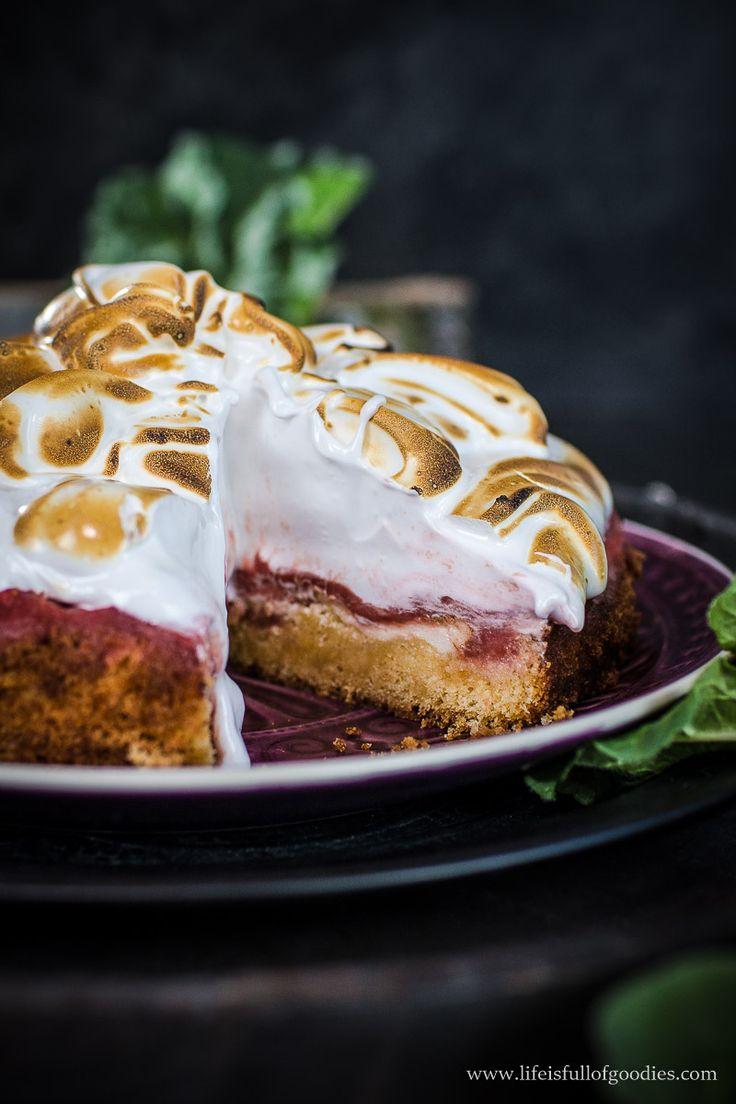 Es gibt den weltbesten Rhabarberpüreekuchen mit Toasted Marshmallow Fluff! Der schmeckt sooo cremig und lecker, dass man sich reinlegen möchte!