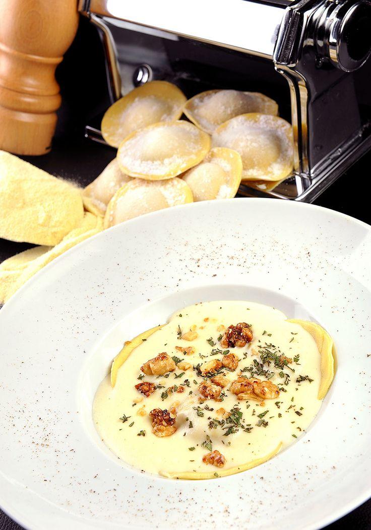 Ravióli de abóbora com molho de queijo de cabra, nozes caramelizadas e ervas frescas