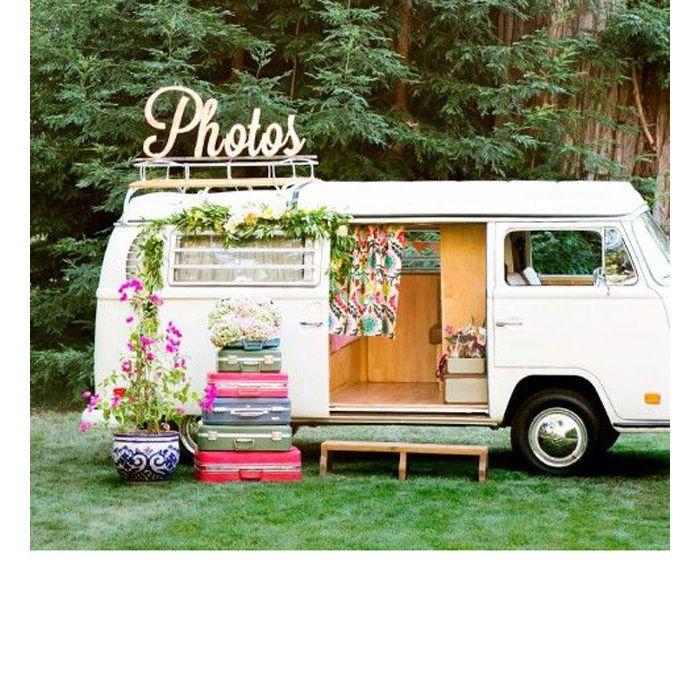 Alors que la saison des mariages bat son plein, découvrez les meilleures idées repérées sur Pinterest pour décorer un jardin pour une cérémonie ou un dîner. Lampions pastel, guirlandes lumineuses, meubles vintage… le mariage en plein air est un choix risqué mais résolument glamour.