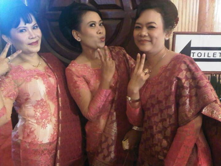 Me n friends in Kebaya -batak wedding ceremony-