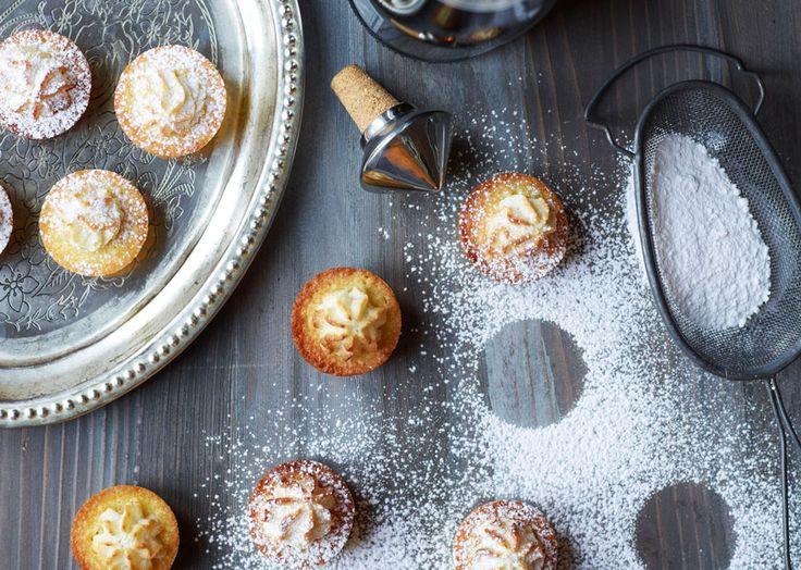 Mini-kransekagecupcakes er populære til mange festlige anledninger. Pisk smør og sukker luftigt og riv marcipanen på den grove side af et rivejern. Læs mere her