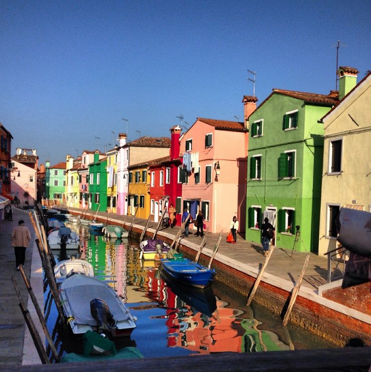 """Beautiful multi-coloured houses on Burano island - and other """"must see"""" places in Venice, Italy"""