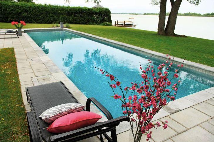 Une piscine longue et rectangulaire donnera un aspect for Piscine internet