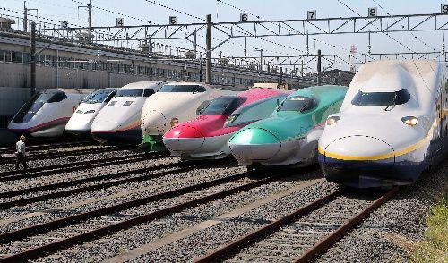 勢ぞろいしたJR東日本の新幹線。右からE4系Max、E5系(はやぶさ)、E6系(新型秋田新幹線)、200系、E1系Max、E3系(つばさ)、E3系(こまち). JR presents a Shinkansen lineup. From the right: E4Max, E5, E6, 200, E1Max, E3 (tsubasa) and an E3 (komachi). (Asahi.com, May 19)