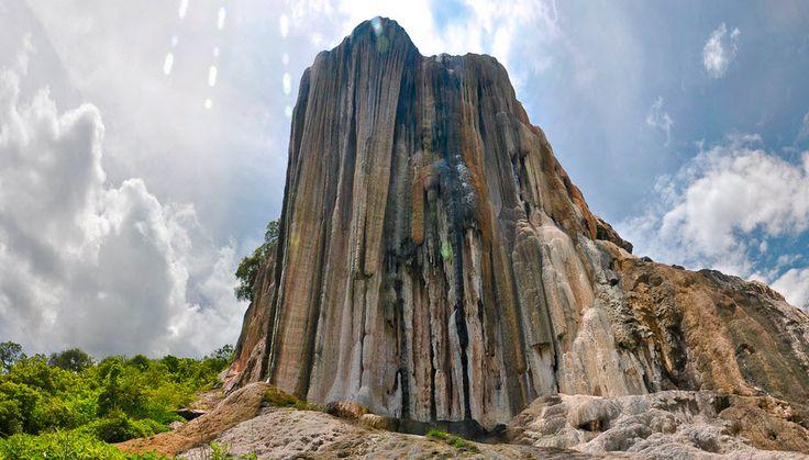 Es una espectacular formación creada a lo largo de miles de años por el escurrimiento de agua carbonatada (carbonato de calcio) desde los manantiales ubicados a más de 50 metros de altura. Se encuentra en Oaxaca.