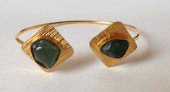 Brazalete con cuarzos verdes en plata con enchape en oro de 24k. Diseño exclusivo de @LapizLazuliacce. Visita nuestra tienda online www.lapizlazuliaccesorios.com. Siguenos en instagram @Lapizlázuliaccesorios.