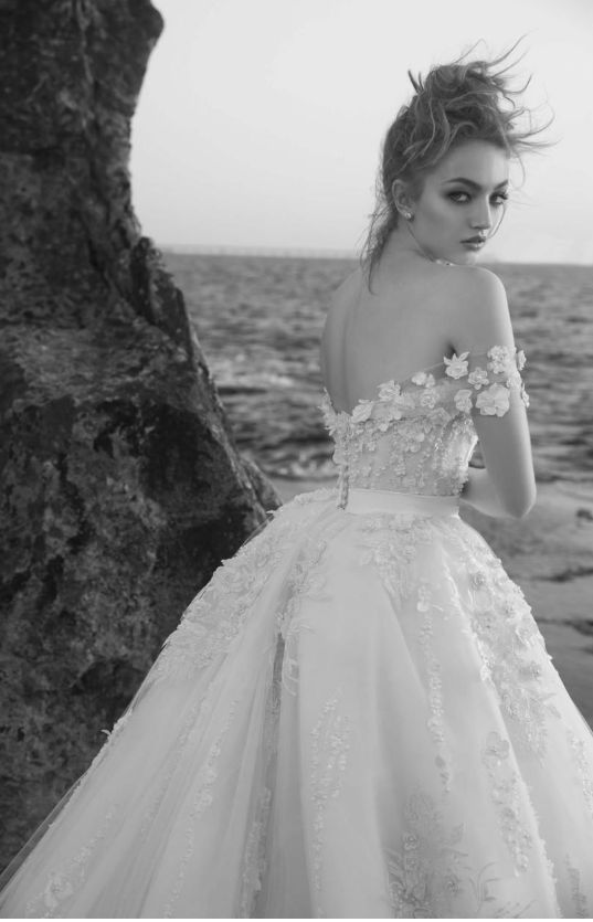 2018 Modest Wedding Dresses with Flowers And 3D Floral Lace in Arabic Middle Eas…