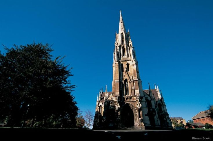 La iglesia First Church mira hacia la ciudad de Dunedin.