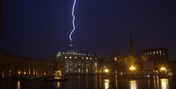 Nel giorno della rinuncia al Pontificato di Benedetto XVI, i fotografi catturano l'attimo in cui un fulmine cade proprio sulla cupola di San Pietro.