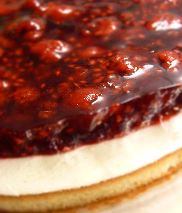 Recept på Hallontårta. Enkelt och gott. Hemligheten för att få den här tårtan riktigt snygg är att använda springform och att låta kanten sitta på hela tiden medan man bygger de olika lagren. Dessutom måste man ha tålamod nog att låta allt stelna ordentligt i kylen, gärna ett par timmar innan servering. Hallon (Rubus idaeus) är en buske som växer vilt i nästan hela Sverige och den har även odlats här ända sedan renässansen. Nu för tiden odlar många hallon hemma i sin egen trädgård, vilket…