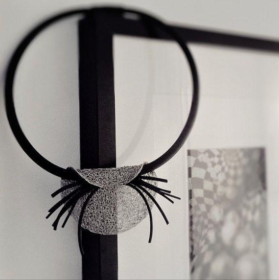 Handgemaakte elegante ketting gemaakt van stalen draad en rubber details. Elk stuk van handgemaakte sieraden is verschillend, met het verenigende motief wordt gebreid. Vanwege de doorschijnendheid van het materiaal, de sieraden lijkt kwetsbaar en licht, maar om aan te raken ze zijn compact en duurzaam.