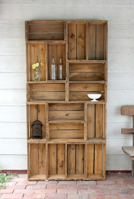 Деревянные ящики в роли стеллажей и полок -