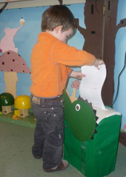 """Toen we in de klas kwamen had onze kleine krokodilschaar weer honger.  We  gaven hem wat te eten.  Maar zijn mama, Sofie de krokodil, kwam ook eens langs  in onze klas.  Ook zij had grote honger!  We gaven haar lekker papier te eten.  Ze  smulde alles op!  Basiel was toch een beetje bang van die grote krokodil.  Hij zei: """"Tante Sofie, de krokodil, heeft scherpe tanden!  En ze maakt veel lawaai!""""."""