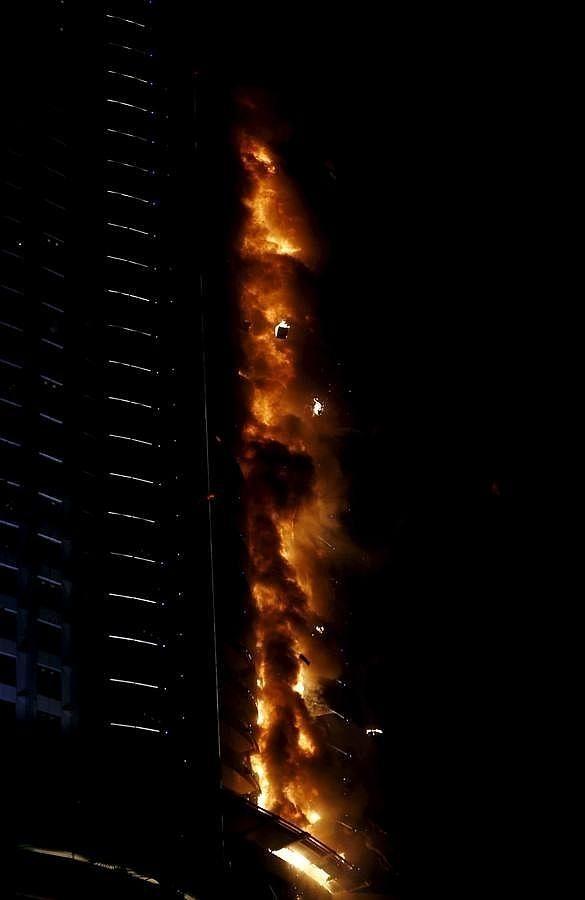 Los cascotes caen durante el incendio en el rascacielos de Dubai Enorme incendio en un rascacielos cercano a la zona de celebraciones de Año Nuevo en Dubái El Gobierno local ha informado de que 16 personas sufrieron heridas por la inhalación de humo y la aglomeración de gente, que intentaba escapar del fuego