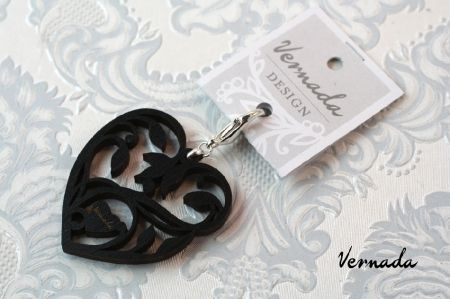 Vernada Design SYDÄN-riipus, musta. Laserleikattua koivua. #Vernada #jewelry #suomestakäsin #finnishdesign