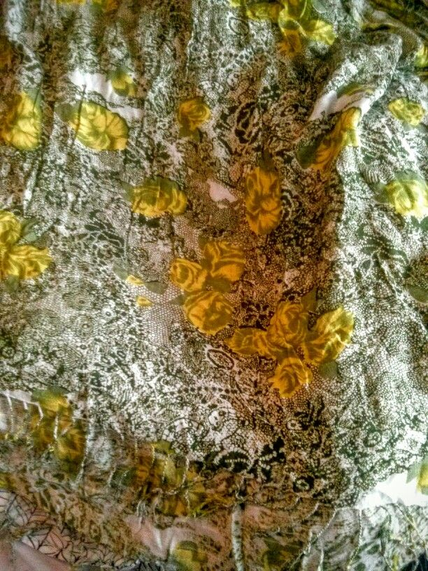 Scarf with green lace and rose pattern