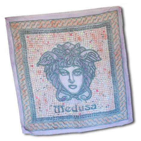 Luxusná ručne maľovaná hodvábna šatka ORANGE MEDUSA. Na šatke sa nachádza umelecká maľba starogréckej mytologickej bytosti Medúzy. Medúza bola jediná smrteľná z trojice Gorgón (medúz), obludných dcér boha Forkysa a jeho manželky Kéty. http://bit.ly/1paRDj8