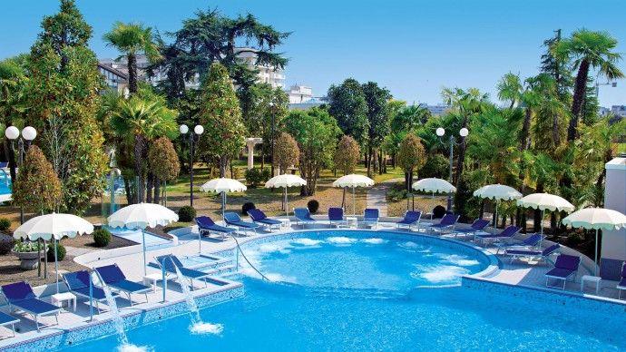 Piscine extérieure de l'hôtel Grand Hotel Terme Trieste & Victoria, séjours bien-être et fangothérapie   http://www.spadreams.fr/pas-cher/italie/monts-euganeens/abano-terme/grand-hotel-terme-trieste-victoria/