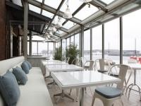 テナントの中で最も早い朝9:00にオープンする、「bills」横浜赤レンガ倉庫。朝の陽の光の中、海を眺めながら素敵な朝食を!(c)KozoTakayama