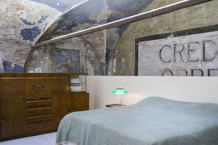 De cette église classée datant du XIVe siècle, le photographe Massimo Vitali a fait sa maison. Un loft s'inscrivant dans un écrin patiné par les ans. Visite guidée au fil des photos signées par le maître lui-même. © Stefano Baroni
