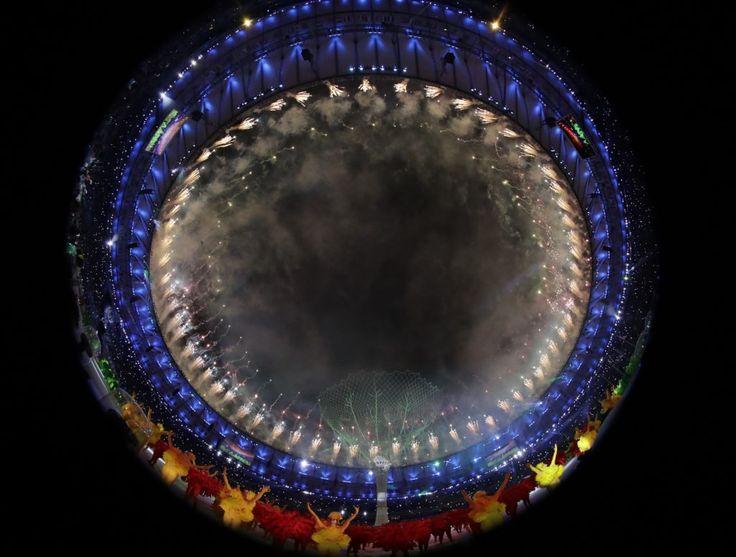 Rio de Janeiro, 2016. augusztus 22. Tûzijáték fénye világítja meg a Rio de…
