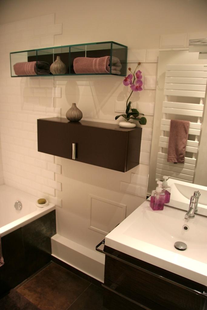 Ameublement design et épuré, mélant marron et violet orchidée. Plus qu'une salle d'eau : votre espace de détente !