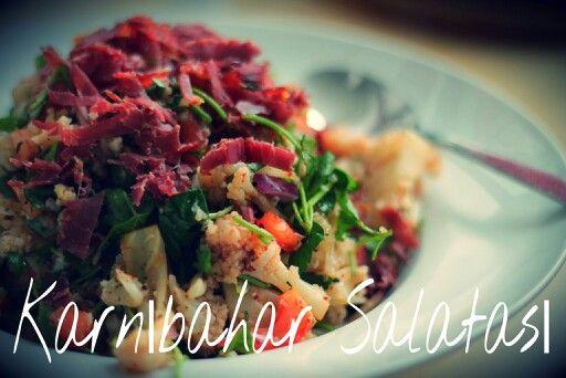 Karnıbahar Salatası:  Kaynatılmış karnıbahar,domates,maydanoz, nar ekşisi, bol limon suyu ve pastırma. Afiyet olsun. :) . . . . . . . . . . . . . . . .  Cauliflower salad: cooked/steamed cauliflower, parsley, tomatos, pomegranate sauce, lots of lemon juice and beef bacon. Enjoy. :)