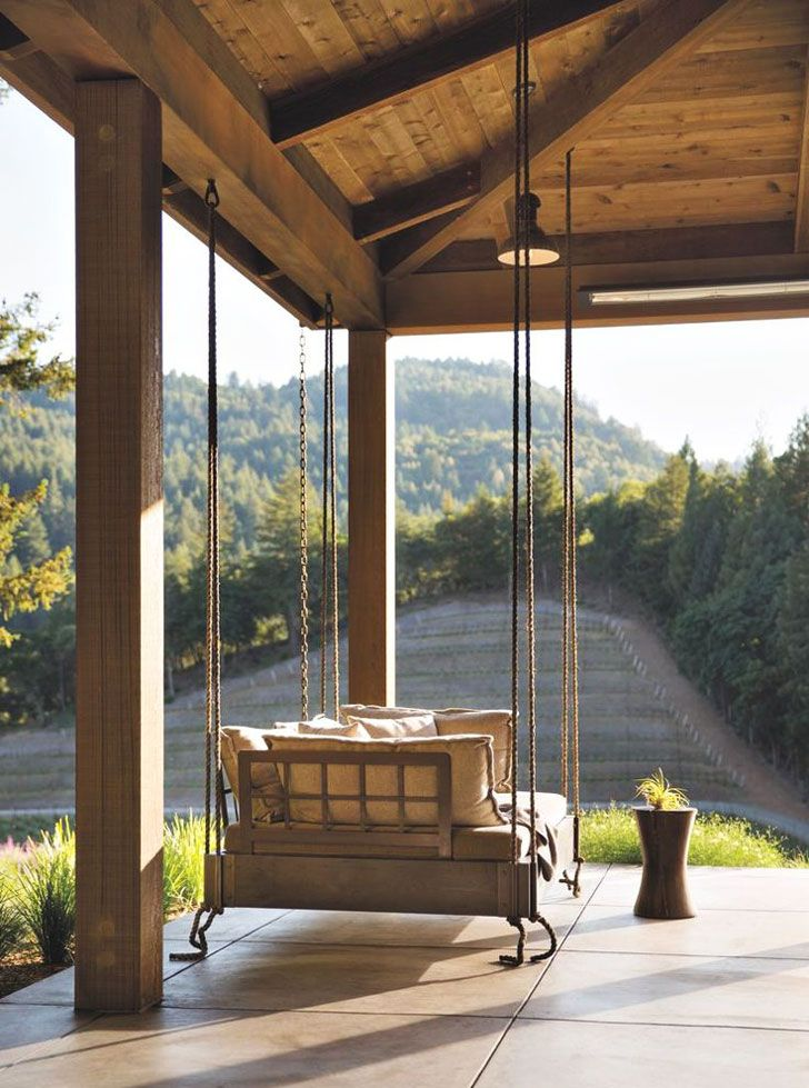 Этот современный деревянный домик в лесу с камином и большими окнами в пол в США - настоящая мечта. Идеальное место для уединения и спокойного отдыха