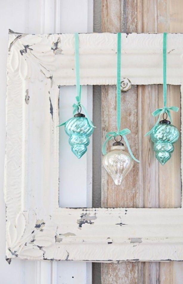 Een oude foto/schilderijlijst. Mooi lint en prachtige kerstballen. Simpel en MOOI!