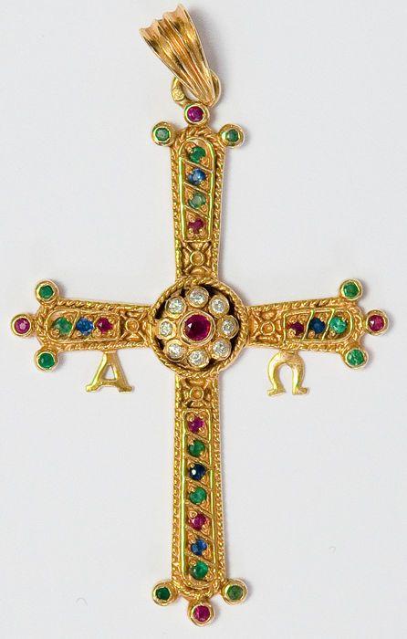 Byzantijns kruis van goud  Zeer goed bewaard gebleven Byzantijnse kruis (geen defecten en geen krassen). 19 k geel goud - 5.8 x 36 cm. Centrale ruby (3mm) en 8 diamanten (15 mm) - 9 robijnen smaragden 15 en 5 saffieren (alle 15 mm). Edelstenen zijn vaak behandeld om kleur en helderheid te verhogen. Dit is niet onderzocht voor dit specifieke object  EUR 0.00  Meer informatie