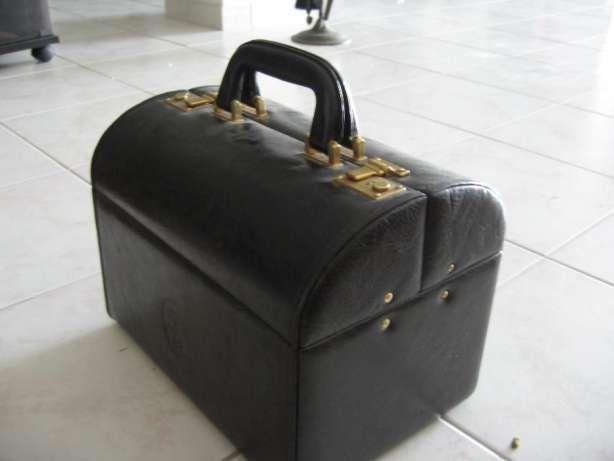 200 €: mala em pele preta, para usar como necessaire de viagens, com chaves e espelhos, nova.